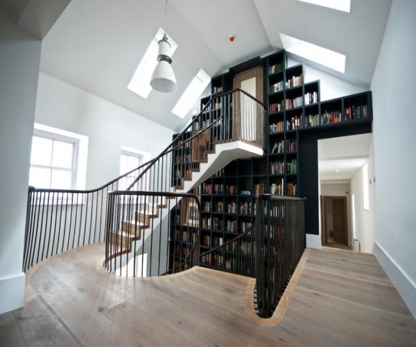 Гармоничное сочитание книжных полок и лестниц в домах