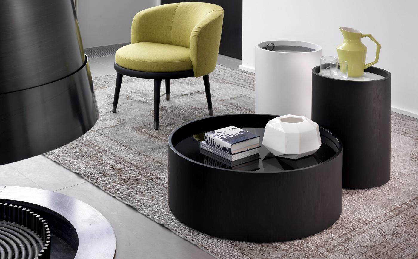 Круглый журнальный столик – уютный вариант для посиделок в гостиной