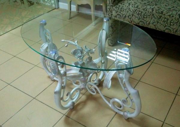 столик с орхидеями и ковкой