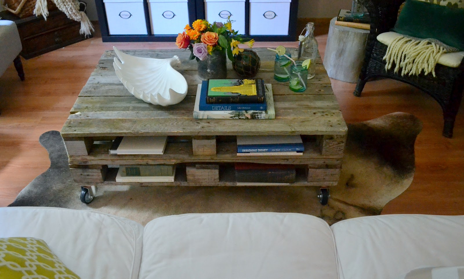 Вариант мобильной мебели – журнальный столик на колесиках