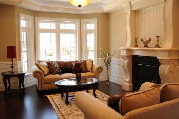 Дизайн гостиной с эркером и с камином