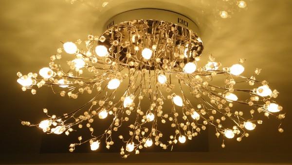 Фото потолочной люстры в зал