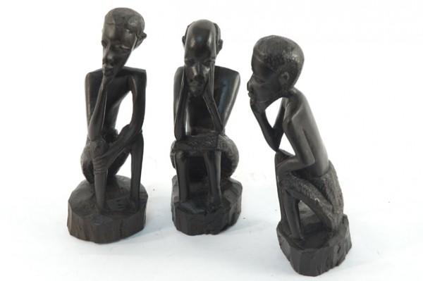 африканские статуэтки из черного дерева в интерьере гостиной