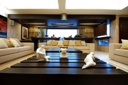 Фарфровые, деревянные, металлические и другие типы статуэток и фигурки в интерьере гостиной