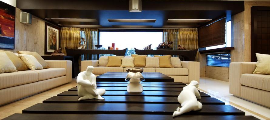 статуэтки в интерьере современной гостиной комнаты