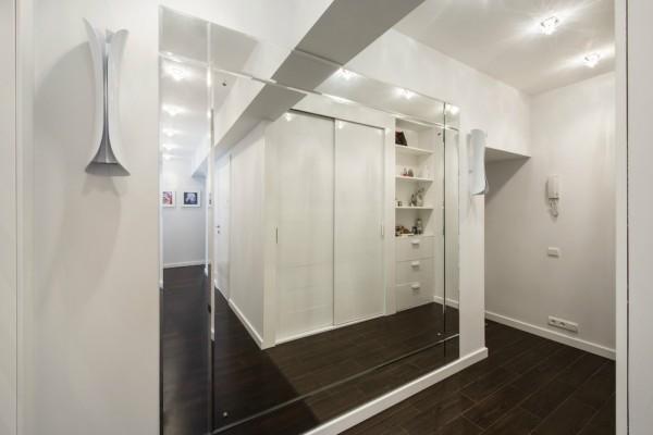 Большое зеркало во всю стену в коридоре