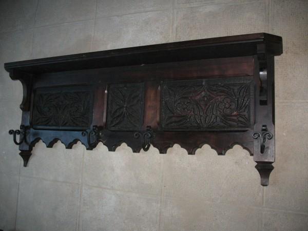 Фото настенной деревянной вешалки для прихожей