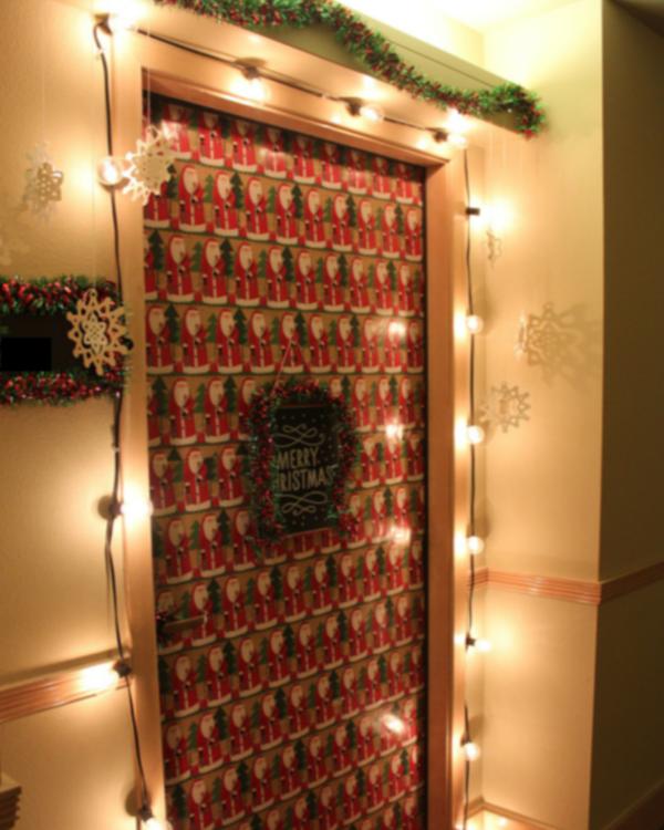 Двери, украшенные к новому году