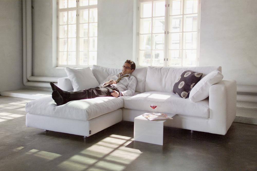 Угловой диван-кровать - вместительное и удобное спальное место, а также оригинальное решение интерьера