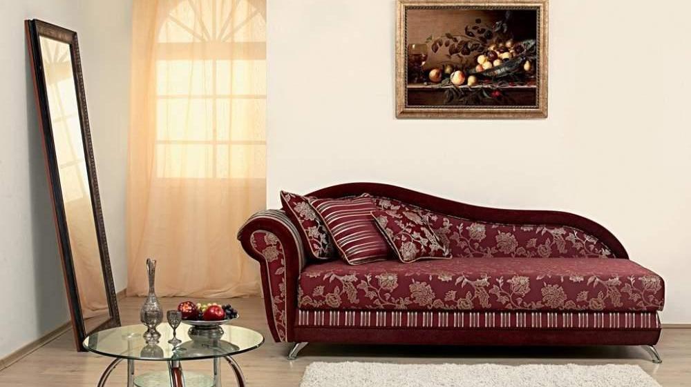 Деревянный диван с подушками