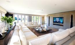 Угловые диваны в интерьере маленьких и просторных комнат-гостиных и кухонь: красочные фото, стильные дизайны помещений и советы декораторов