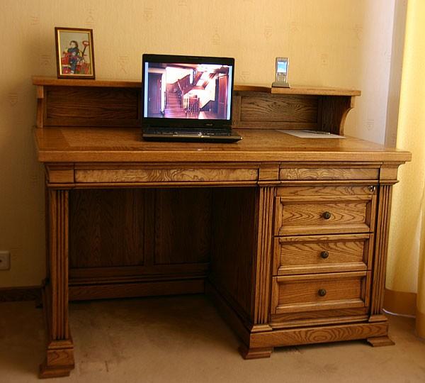 Фото письменного стола с верхними полками и ящиками