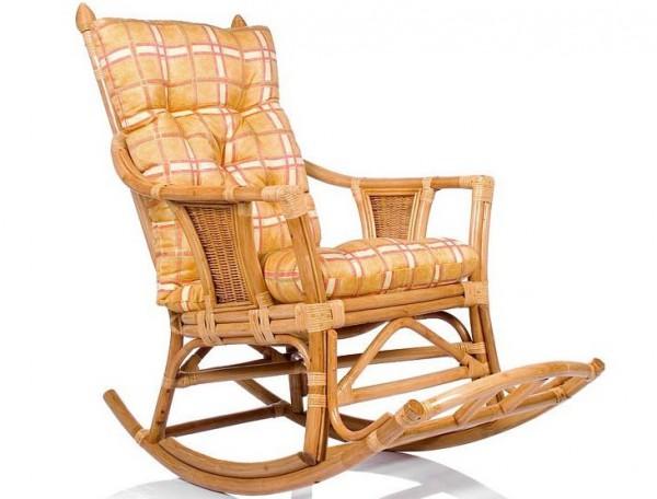 Фото плетеного кресла-качалки из ротанга с подушкой