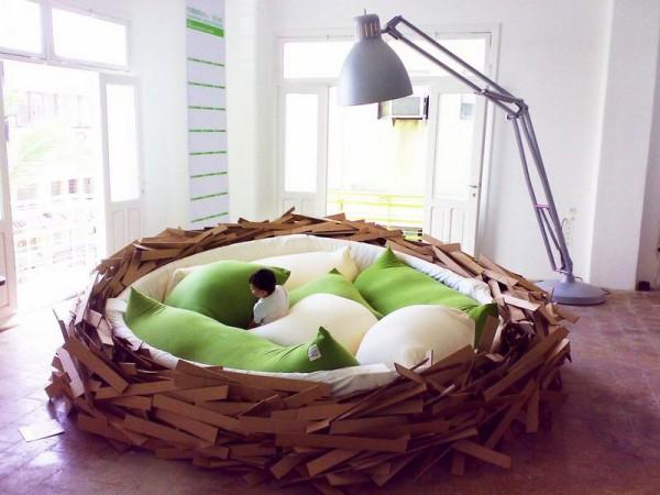 Кресло-гнездо со мноеством подушек для комфортного отдыха
