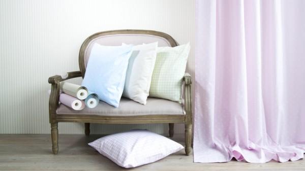 Мягкое кресло с деревянными подлокотниками