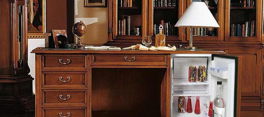 Письменный стол с ящиками в магазине