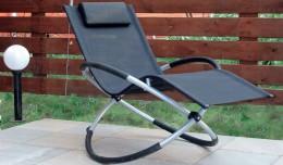 Складное кресло-качалка — удобный предмет интерьера для малогабаритных квартир