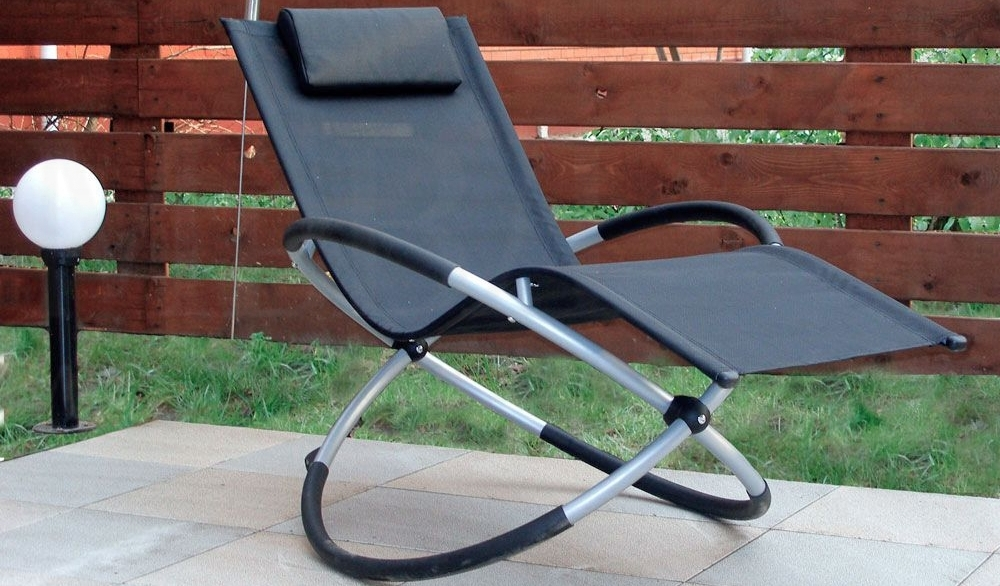 Складное кресло-качалка - удобный предмет интерьера для малогабаритных квартир
