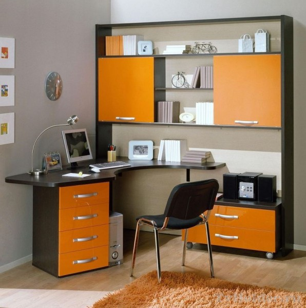 Яркий компьютерный стол большого размера