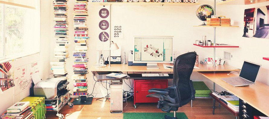 большой компьютерный стол в квартире