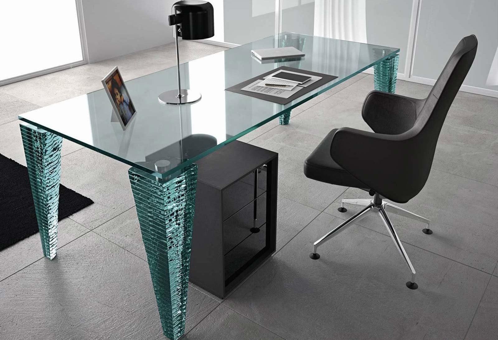 Стеклянный компьютерный стол – элегантная роскошь минималистского интерьера
