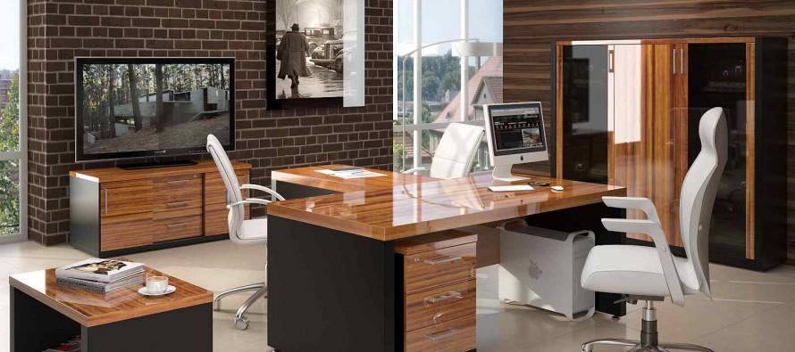 металлический и деревянный компьютерный стол