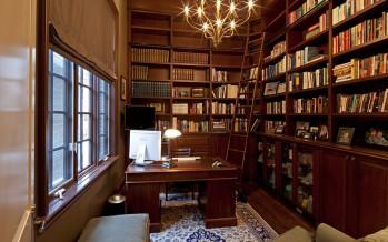 угловой книжный шкаф и билиотека