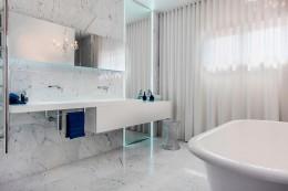 Раковина в ванной комнате, встроенная в столешницу — эргономичный предмет интерьера