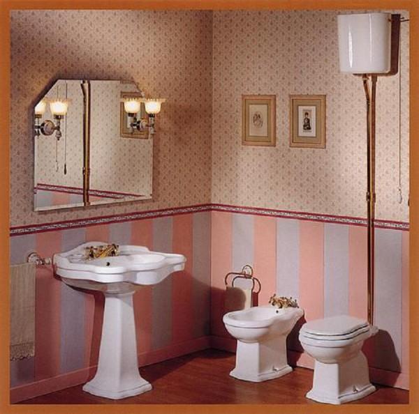 Унитаз с высоким бачком в интерьере ванной комнаты