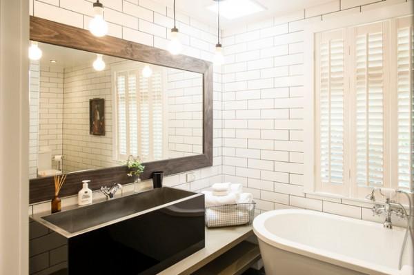 большого зеркало в интерьере ванной